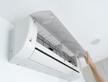 chico-limpia-filtro-aire-acondicionado-hogar-polvo-filtro-aire-acondicionado-muy-sucio-cuidado-equipos-climaticos_105751-8521