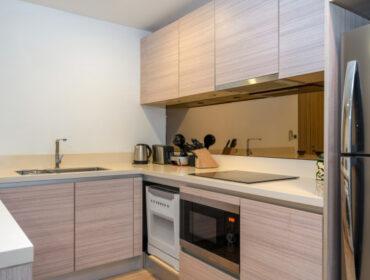 cocina-moderna-empotrada-apartamento-villa-cuenta-horno-campana-cocina_176546-39