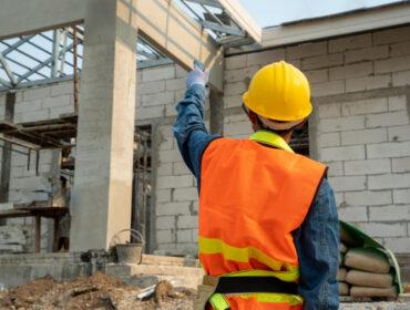 ingeniero-civil-arnes-seguridad-linea-seguridad-pie-sitio-construccion-ingeniero-trabajando-obra_64073-44